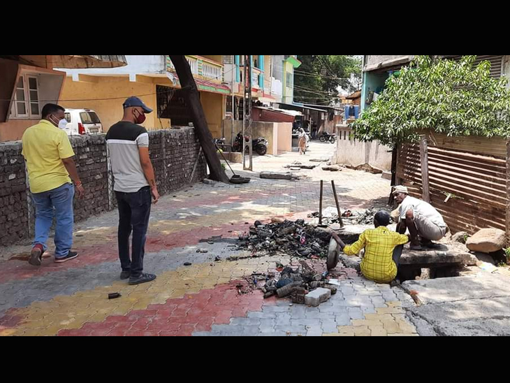 વ્યારા માં પાણી ભરતા સ્થળોએ ઈજનેર સાથે મુલાકત લઈ કામગીરી હાથ ધરી. - Divya Bhaskar