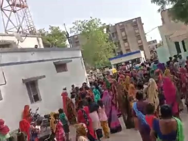દહેગામમાં વરઘોડો કાઢનારની અટકાયત કરતાં પોલીસ સ્ટેશન ખાતે મહિલાઓ મોટી સંખ્યામાં એકઠી થઈ હતી. - Divya Bhaskar
