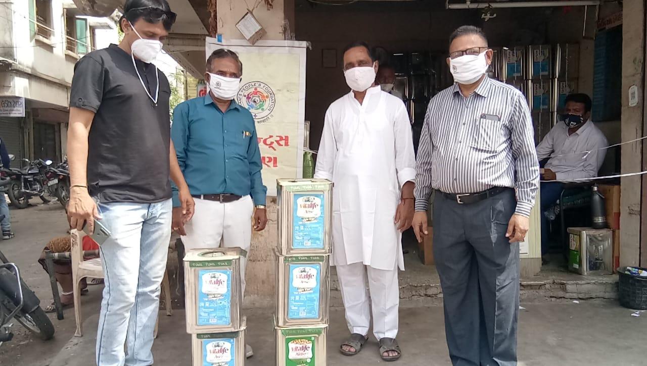 કોરોના સંક્રમિત દર્દી સહિતના સગા સંબંધીઓની સેવા કરતી સંસ્થાઓને તેલના ડબ્બા અર્પણ કર્યા|પાટણ,Patan - Divya Bhaskar