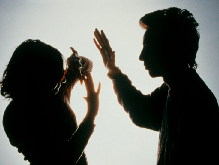 પરિણીતાએ પતિ, સાસુ-સસરા સહિત પરિવારના 8 સભ્યો સામે મહિલા પોલીસ સ્ટેશનમાં ફરિયાદ નોંધાવી(પ્રતિકાત્મક તસવીર) - Divya Bhaskar