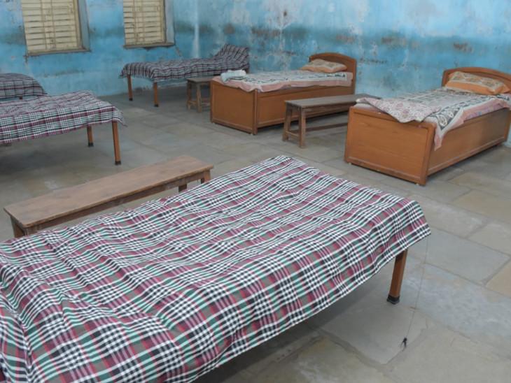 ગામમાં લોક સહયોગથી હાઇસ્કૂલના ખંડોમાં 10 પથારીનું સામૂહિક કોવિડ કેર સેન્ટર શરૂ કરવામાં આવ્યું છે - Divya Bhaskar