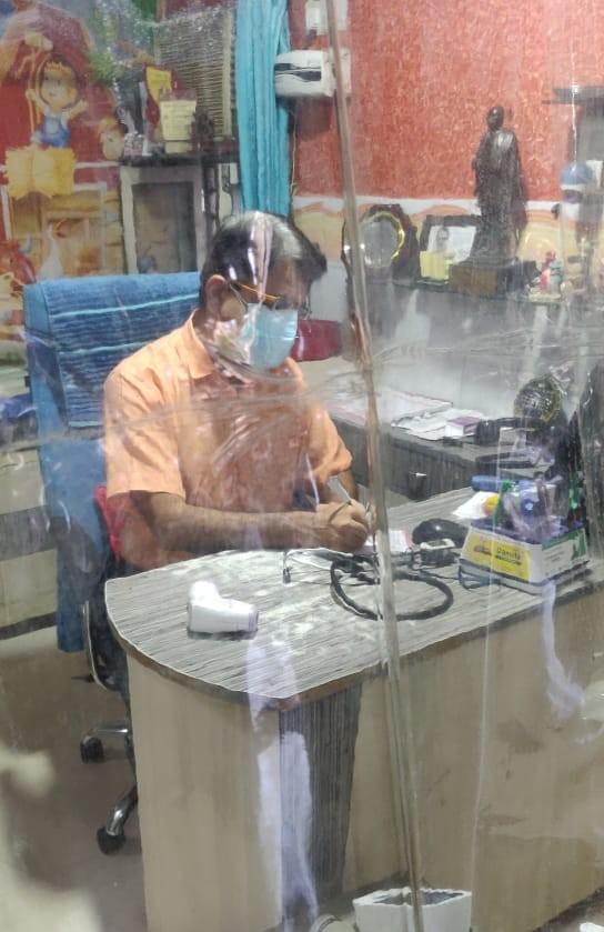 દર્દી માટે દવાની નોંધ કરી રહેલ ડો. પ્રગનેશ વછરાજાની