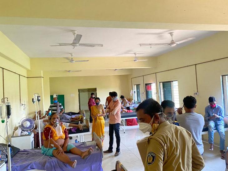 ગામડાઓમાં દર્દીઓ વધતા ખાટલા ખુટી રહ્યા છે.ગડખોલની હોસ્પિટલમાં સારવાર લઇ રહેલા કોરોનાના દર્દીઓ. - Divya Bhaskar