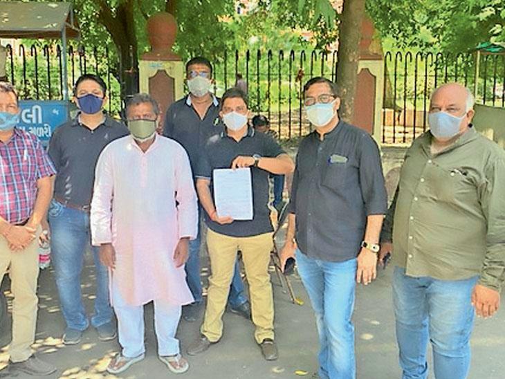 શહેરના કાપડ બજારના વેપારીઓ દ્વારા આંશિક લોકડાઉન ખોલી નાખવા માટે સોમવારના રોજ કલેક્ટરને રજૂઆત કરવામાં આવી હતી. - Divya Bhaskar