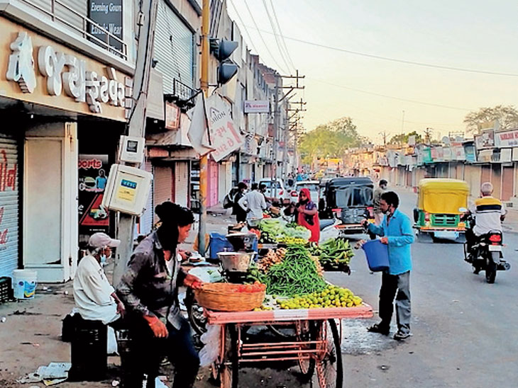 પાલનપુરમાં આંશિક લોકડાઉનમાં દિવસ દરમિયાન લોકોની અવર જવર રહે છે. જ્યાં શાકભાજીની રેકડીઓ ઉપર માસ્ક વિના લોકો જણાઈ રહ્યા છે. - Divya Bhaskar