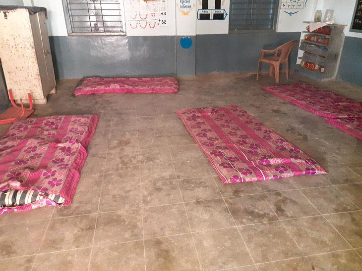 ગામડાઓમાં શાળાઓમાં આઇસોલેશન સેન્ટર શરૂ કરાયાં પણ લોકો ઘરે જ સારવાર લઇ રહ્યા છે|અમદાવાદ,Ahmedabad - Divya Bhaskar