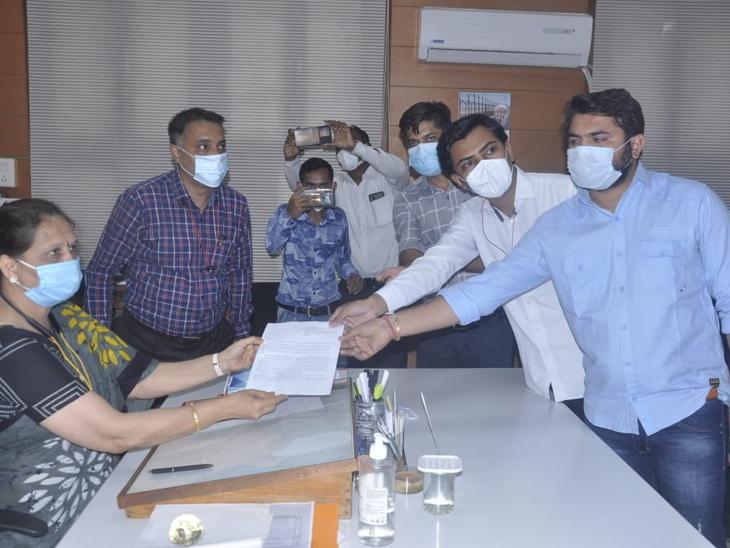 મેડિકલ કોલેજ, જીજી હોસ્પિટલના આઉટ સોર્સીંગ કર્મીઓના પગાર મુદે દેખાવ કર્યા|જામનગર,Jamnagar - Divya Bhaskar