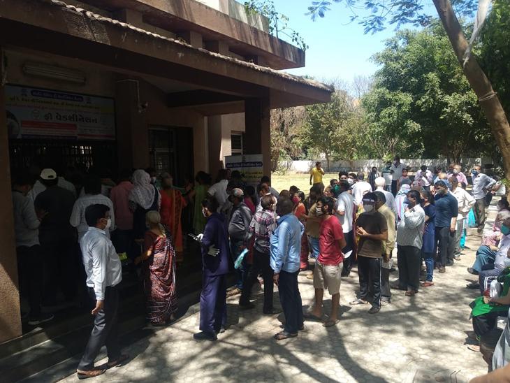 અડાજણમાં વેક્સિનેશન અડધો કલાક લેટ શરૂ થતાં હોબાળો - Divya Bhaskar