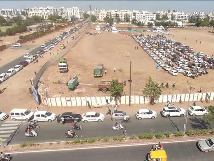 પશ્ચિમ બાદ હવે પૂર્વમાં પણ ડ્રાઇવ થ્રુ વેક્સિનેશન શરૂ, નિકોલ AMC ગ્રાઉન્ડમાં ગાડીઓની બે કિમી લાંબી લાઇન લાગી|અમદાવાદ,Ahmedabad - Divya Bhaskar