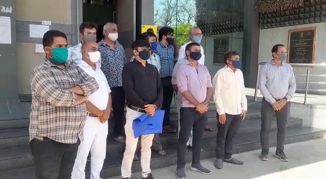રાજકોટમાં વેપારીઓએ કલેકટર કચેરીએ મિની લોકડાઉન હટાવાની માંગ કરી, તો ચેમ્બર ઓફ કોમર્સ દ્વારા હાફ ડે લોકડાઉનની CMને રજુઆત|રાજકોટ,Rajkot - Divya Bhaskar