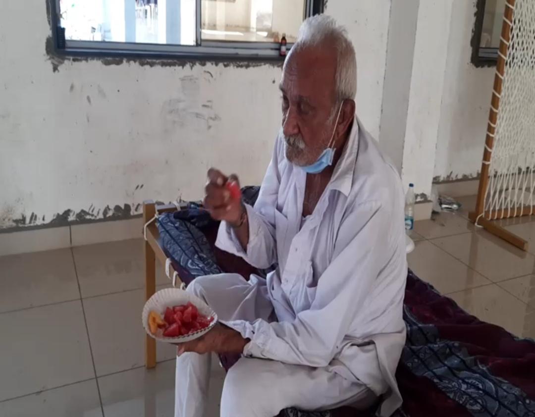 દર્દી ને તરબૂચ,નારયળ ત્રોફા,સહીત ફળ ફ્રૂટ પણ અપાય છે