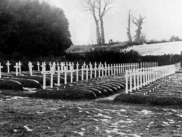 ફોટો 1918નો છે. સ્પેનિશ ફ્લૂ દરમિયાન લાશોને દફન કરવાની જગ્યા ઓછી થઈ પડી હતી.