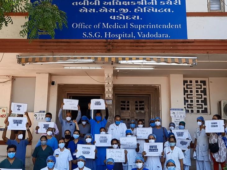 નર્સિંગ સ્ટાફે કાળી પટ્ટી ધારણ કરી વિશ્વ નર્સિસ દિવસે સરકાર સામે દેખાવો કર્યાં હતા