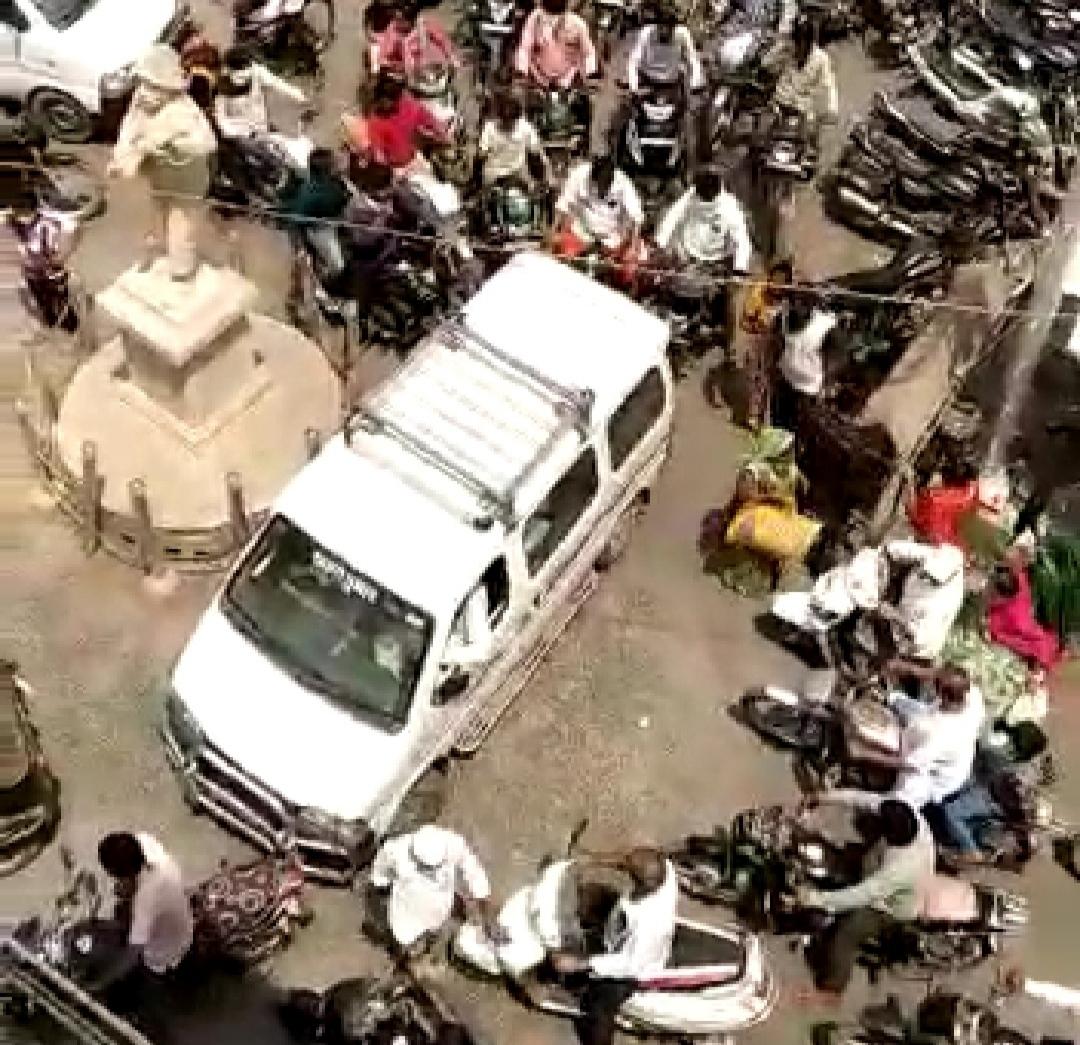 ધ્રાંગધ્રામાં કોરોનાના કપરાગકાળમાં શહેરમાં ઉડ્યા સોશિયલ ડીસ્ટંસના ધજાગરા - Divya Bhaskar