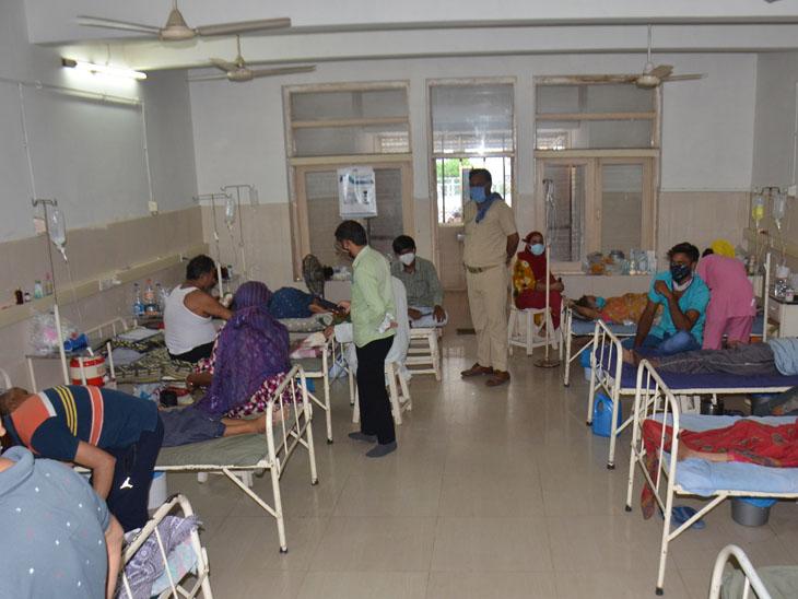 મહેસાણાની લાયન્સ હોસ્પિટલમાં સારવાર હેઠળના દર્દીઓથી એક વોર્ડ ભરાઇ ગયો છે. - Divya Bhaskar