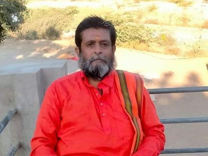 કોરોનાને હરાવવા અને મુક્તેશ્વર ડેમમાં પાણી નાખવા મહંતે એક મહિનો મૌન ધારણ કર્યું|વડગામ,Vadgam - Divya Bhaskar