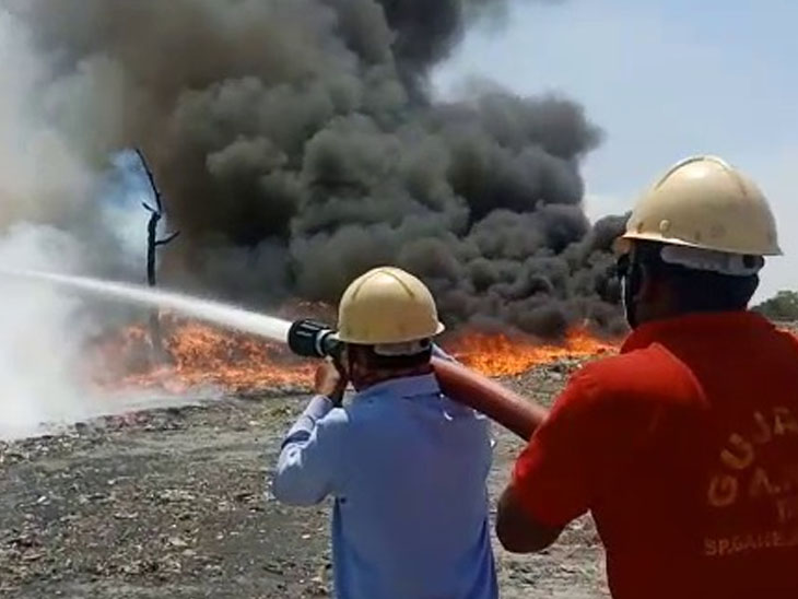 મુલદ અને ગોવાલી વચ્ચે પેપર મીલ નજીક પેપર વેસ્ટમાં લાગેલી આગ બૂઝાવતા ફાયર બ્રિગેડના જવાનો. - Divya Bhaskar
