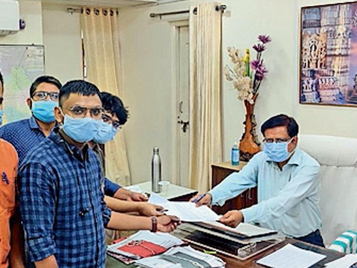 દાહોદના સરકારી તબીબો દ્વારા માંગ સાથે આવેદન આપ્યું. - Divya Bhaskar