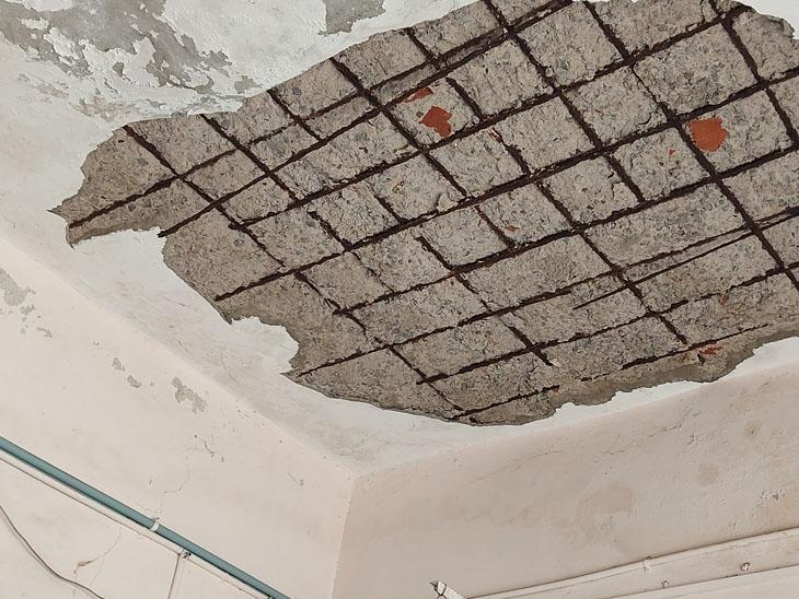 સરપંચ ઓફીસની બહારની છત પરથી પોપડા પડ્યા. - Divya Bhaskar