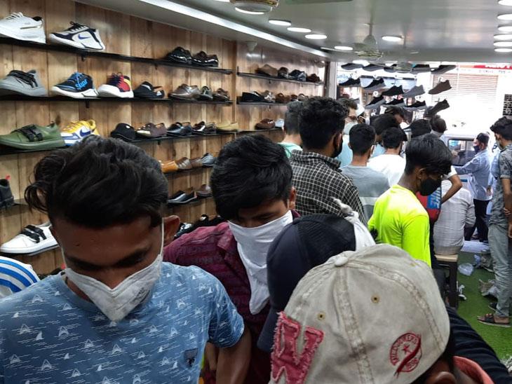ધમાકા શૂઝ દુકાનમાં શટર બંધ કરી ગ્રાહકો ભેગાં કરનાર દુકાન માલિક સામે ગુનો દાખલ કરવામાં આવ્યો હતો. - Divya Bhaskar