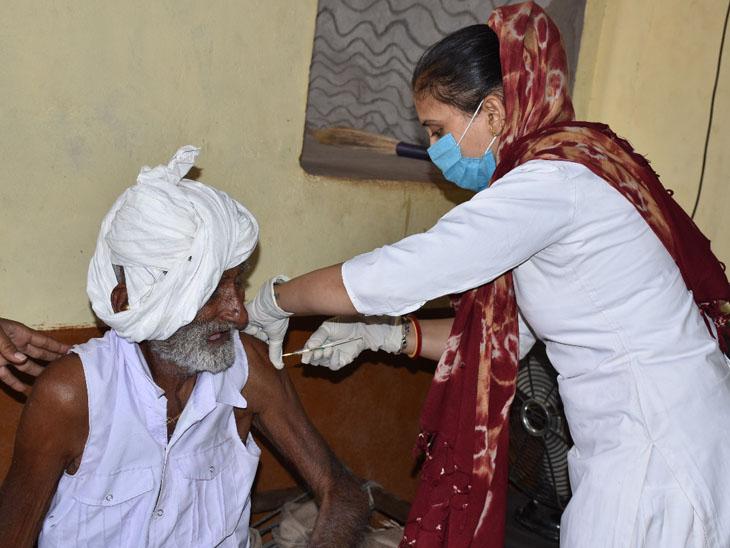 દુધઇના ફિમેલ હેલ્થ વર્કરે ઘેર ઘેર જઇ રસીકરણ અભિયાન હાથ ધર્યુ હતુ. - Divya Bhaskar
