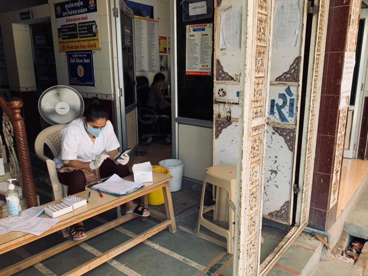 આરોગ્ય કેન્દ્રમાં  ટેસ્ટ માટે આવતા લોકોની કતાર લાગી  હોય એ ભૂતકાળ બની ગયો છે. હેલ્થ વર્કર્સ પણ હળવાશની પળ માણી શકે છે. જો કે કેન્દ્રો પર ટેસ્ટ કીટનો પૂરતો જથ્થો હાજર છે. - Divya Bhaskar