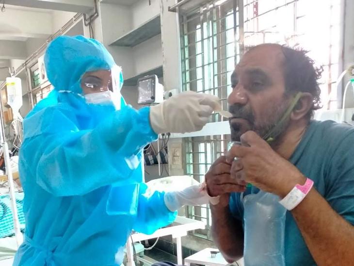 નર્સિસ દર્દીઓને દવા આપવાથી લઇને ખવડાવવા સુધીની કામગીરી કરે છે. - Divya Bhaskar