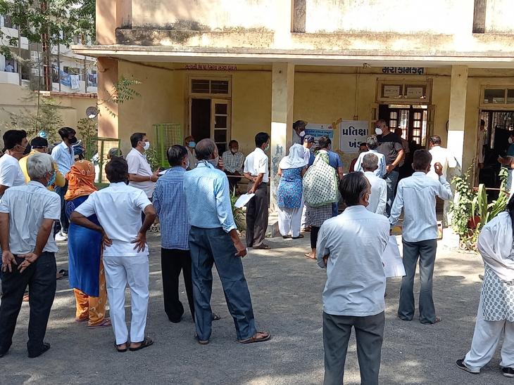શહેરમાં વિકાસગૃહમાં ગુ.સા. મહેતા શાળામાં રસીકરણ કેન્દ્ર પર રસીના મર્યાદીત જથ્થાથી લોકોને હાલાકી પડી હતી. - Divya Bhaskar