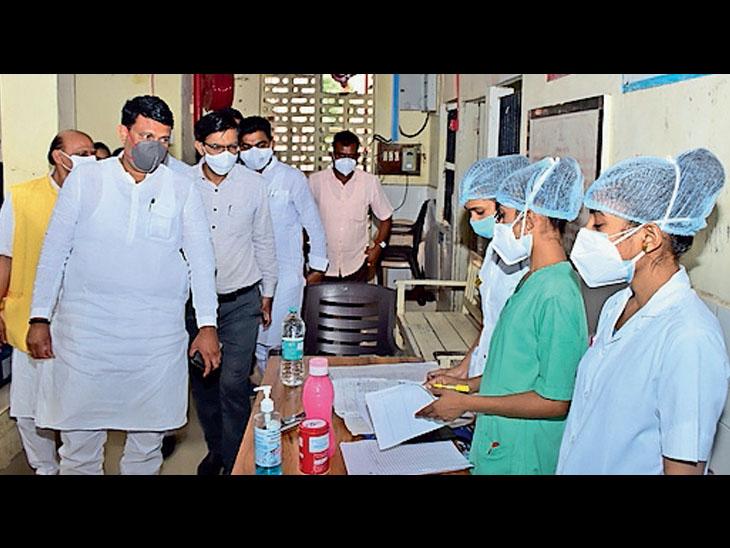 વ્યારા જનરલ હોસ્પિટલમાં કોવિડ વોર્ડ માં દર્દીઓ મુલાકાત લીધી હતી. - Divya Bhaskar