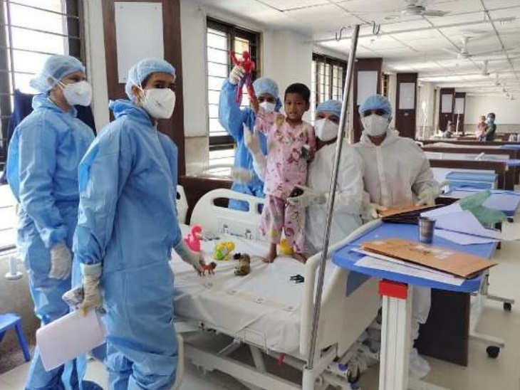 SVP હોસ્પિટલના નર્સિંગ સ્ટાફે 4 વર્ષના અનાથ અને કોરોના પોઝિટિવ બાળકને માતા-પરિવારની હૂંફ આપી 8 દિવસમાં સ્વસ્થ કર્યો|અમદાવાદ,Ahmedabad - Divya Bhaskar
