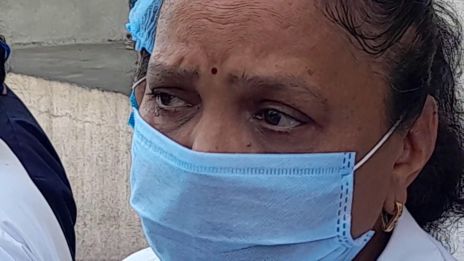 રાજકોટમાં પોતાની માંગણીઓને લઈને નર્સોએ કાળી પટ્ટી બાંધી વિરોધ કર્યો,રડતાં રડતાં કહ્યું-અમારી લાગણીનું શું !,બધા અમને જ ટોર્ચર કર્યા કરે છે|રાજકોટ,Rajkot - Divya Bhaskar