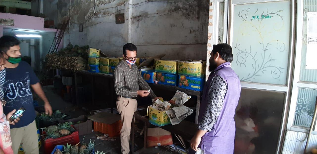 રાજકોટ મનપા દ્વારા કેલ્શિયમ કાર્બાઈડથી ફળ પકવતા 21 વેપારીને ફૂડ લાયસન્સ અને 2 વેપારીઓને ઓર્ગેનિક સર્ટીફીકેટ રજુ કરવા નોટીસ ફટકારવામાં આવી|રાજકોટ,Rajkot - Divya Bhaskar