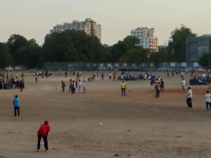 ક્રિકેટ રસીકો મેદાનમાં ઠેક ઠેકાણે વાહન પાર્ક કરીને મેચ રમતા જોવા મળ્યા હતા