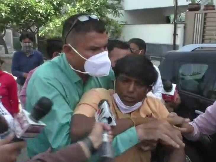 રાજકોટમાં ટેલિફોનિક રજૂઆતમાં જવાબ ન મળતા કિસાન સંઘ કૃષિમંત્રીના ઘરે પહોંચ્યું, પોલીસે અટકાયત કરી|રાજકોટ,Rajkot - Divya Bhaskar