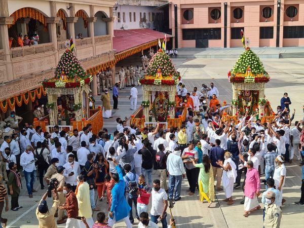 જગન્નાથજીની 143મી રથયાત્રા પહેલીવાર મંદિરની બહારની જગ્યાએ મંદિર પરિસરમાં જ ફરી હતી.