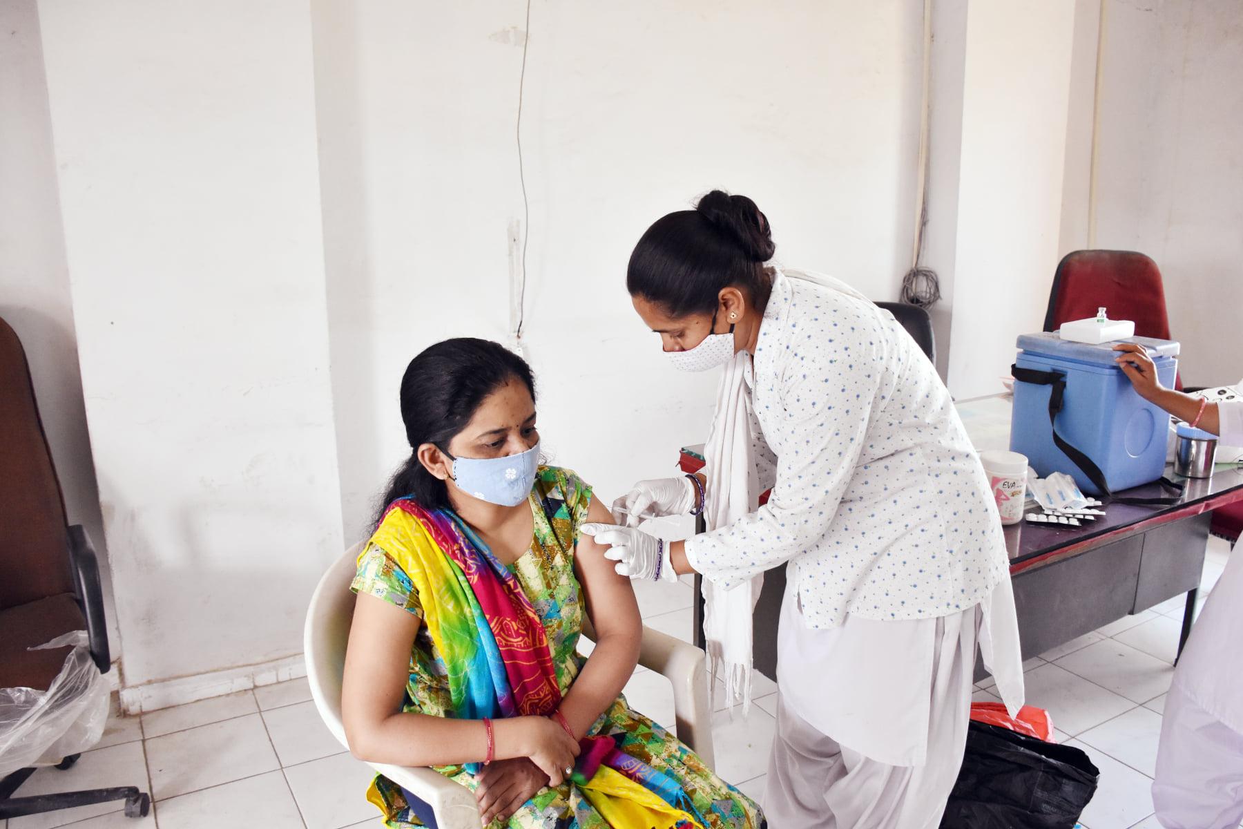 દાહોદના રસીકરણ કેન્દ્ર પર ચાલી રેહલુ રસીકરણ
