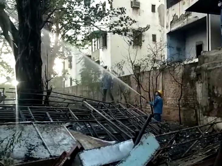અમદાવાદના રૂપાલી સિનેમાં પાસે આવેલા AMCના AMTS બસના ટ્રાન્સપોર્ટ ગોડાઉનમાં આગ|અમદાવાદ,Ahmedabad - Divya Bhaskar