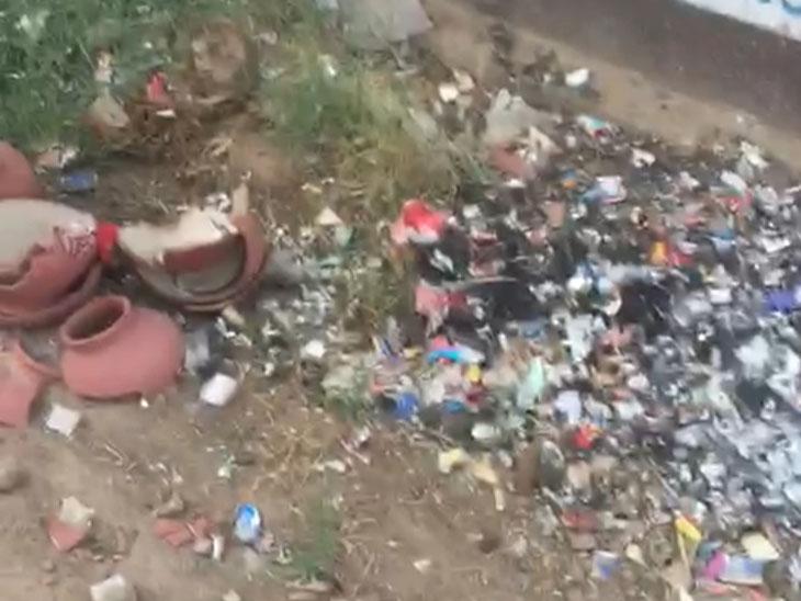 માણસાના સોલૈયા ગામે સફાઈના અભાવે ગંદકીના થર જામ્યા છે. - Divya Bhaskar