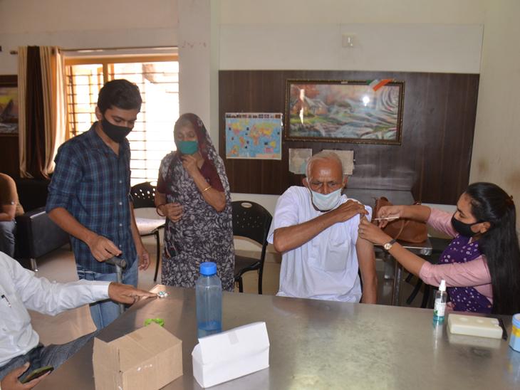 મહેસાણાના શક્તિ ગ્રાઉન્ડ પાસે નજીકના પુસ્તકાલયમાં પૌત્ર દાદા અને દાદીને લઇને લઇ વેક્સિનેશનનાં બીજા ડોઝ માટે આવ્યા હતા. - Divya Bhaskar