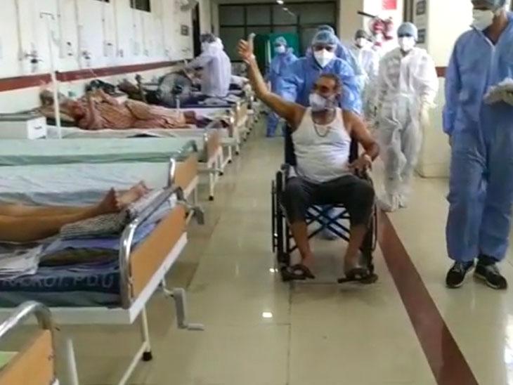 સ્વસ્થ થઇને ઘરે ફરી રહેલા આધેડે અન્ય દર્દીઓને પ્રોત્સાહિત કર્યા હતા. - Divya Bhaskar