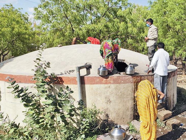 પીવાનું પાણી મેળવવા માટે ગામના સંપેથી પોતાના જીવના જોખમે પીવાનું પાણી ભરી રહ્યા છે. - Divya Bhaskar