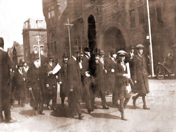 1917માં કેનેડામાં બાલ્ફોર ડિક્લેરેશનના સમર્થનમાં માર્ચ કરતા લોકો.