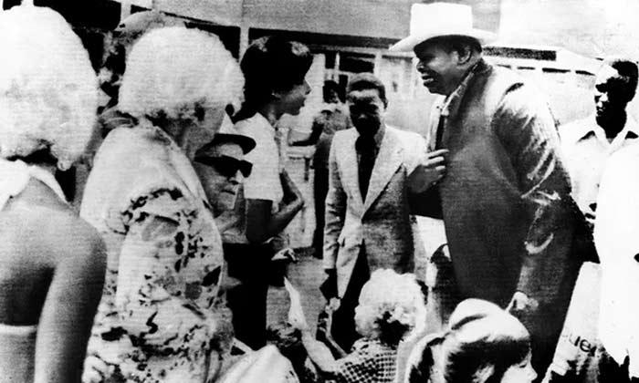 બંધક બનાવવામાં આવેલા ઈઝરાયેલના નાગરિકો સાથે વાત કરી રહેલી આ વ્યક્તિ ઈદી અમીન છે. અગાઉ તે મિલિટ્રી કમાન્ડર હતો. બાદમાં તે રાષ્ટ્રપતિ બનેલો (ફાઈલ ફોટો)