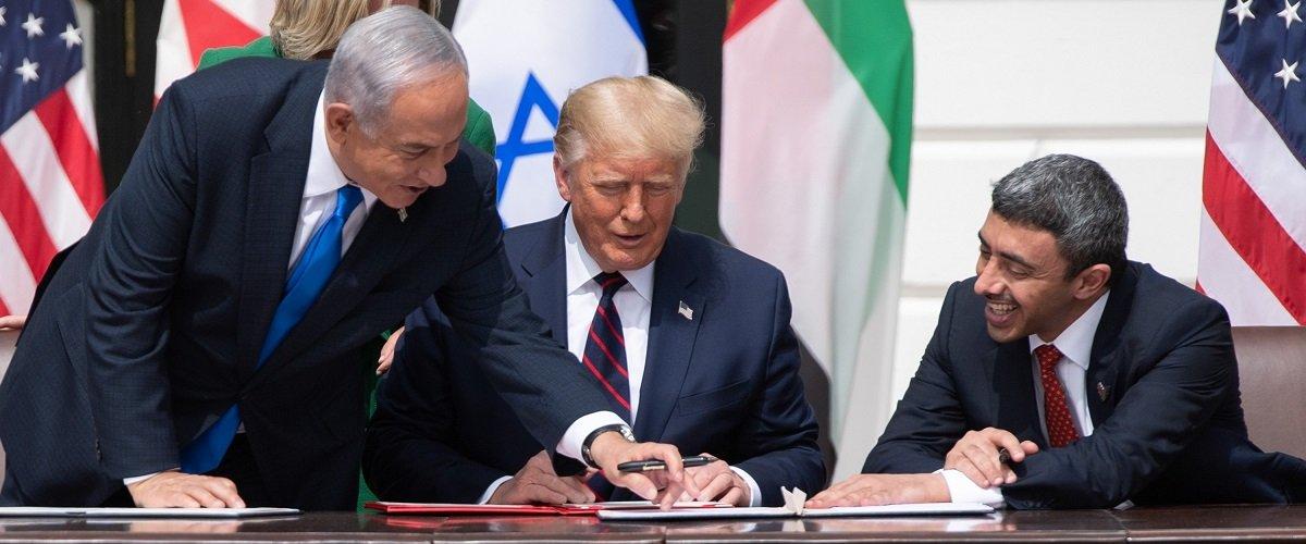અમેરિકાના તત્કાલીન રાષ્ટ્રપતિ ડોનાલ્ડ ટ્રમ્પની મધ્યસ્થીથી UAE અને બહેરીને ઇઝરાયેલ સાથે રાજકીય સંબંધ સુધાર્યા છે. તસવીરમાં ઇઝરાયેલના PM નેતન્યાહુ, અમેરિકાના તત્કાલીન રાષ્ટ્રપતિ ટ્ર્મ્પ અને UAEના વિદેશમંત્રી અબ્દુલ્લા બિન ઝાયેદ હળવા વાતાવરણમાં જોવા મળે છે. (ફાઈલ)