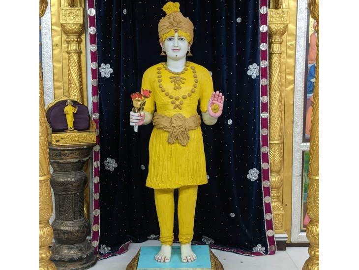 અમદાવાદમાં મણિનગર ખાતેના કુમકુમ મંદિર દ્વારા સ્વામિનારાયણ ભગવાનને 4 કિલો ચંદનના વાઘાના શણગાર કરાયો|અમદાવાદ,Ahmedabad - Divya Bhaskar