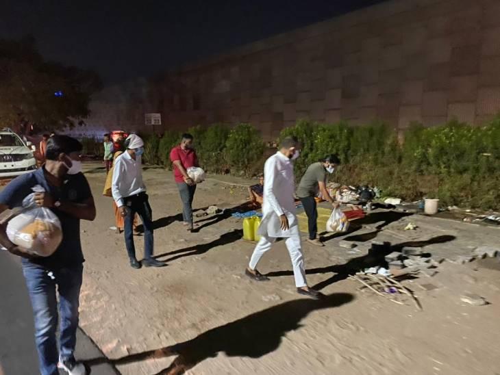 અમદાવાદની સેવાયજ્ઞ ટીમ દરરોજ એક હજાર ગરીબ પરિવારોને અઠવાડિયાની રાશન કિટ પહોંચાડી રહી છે અમદાવાદ,Ahmedabad - Divya Bhaskar