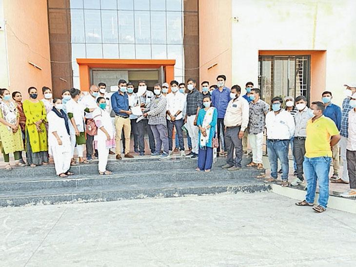 આરોગ્ય કર્મીઓ રોષભેર મામલતદાર કચેરીએ પહોંચ્યા - Divya Bhaskar