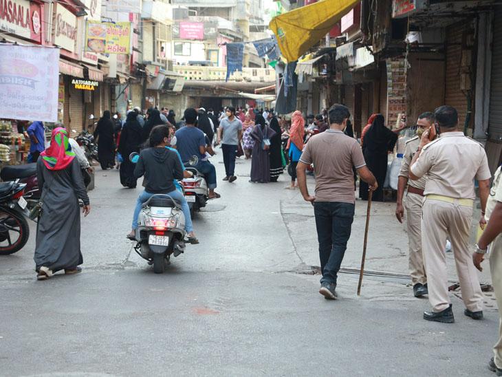 ગુરૂવારે ચૌટા બજારમાં પોલીસ બંદોબસ્ત ગોઠવવામાં આવ્યો હતો. - Divya Bhaskar