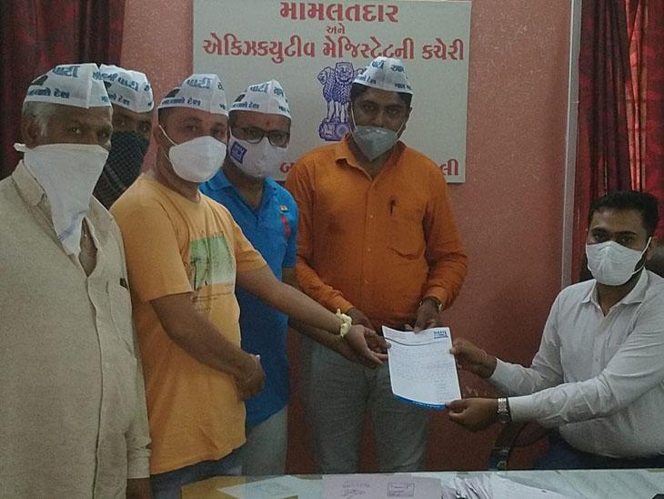 પાર્ટીના સભ્યોએ મામલતદારને આવેદન પાઠવ્યું. - Divya Bhaskar