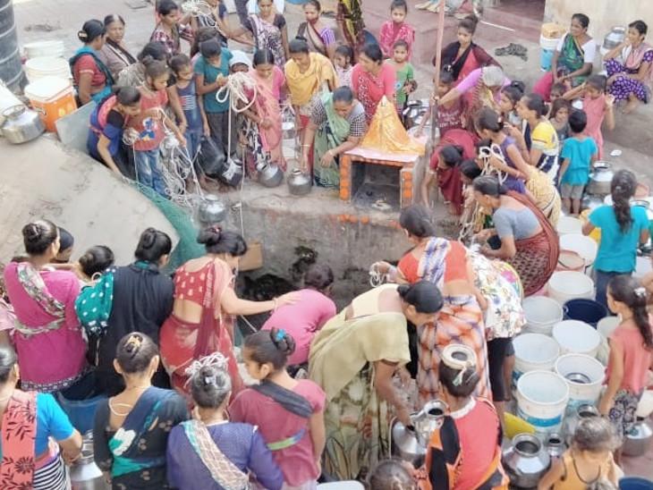 અહીં કોઈ મહિલાએ માસ્ક પણ નહોતું પહેર્યું અને સોશિયલ ડિસ્ટન્સિંગ પણ નહોતું જળવાયું - Divya Bhaskar